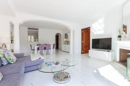 Schöner Wohn-und Essbereich mit Kamin