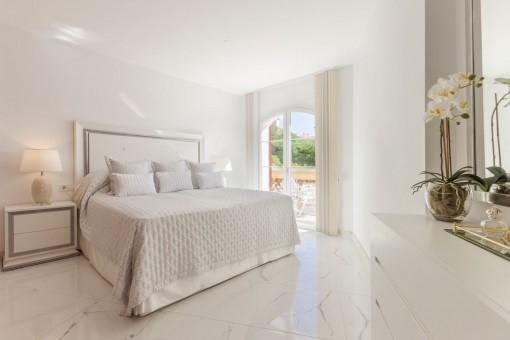 Wundervolles Schlafzimmer mit Terrassenzugang