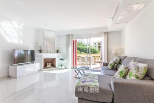 Lichtdurchfluteter Wohnbereich mit Terrassenzugang