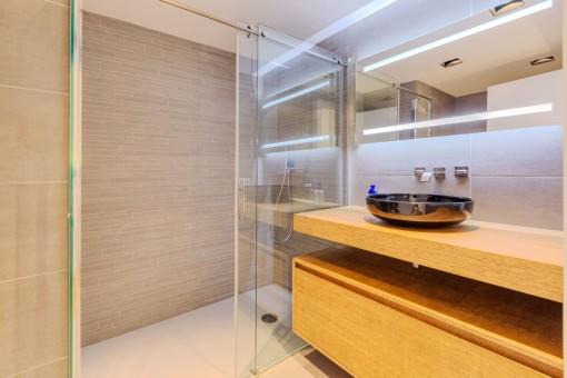 Die Wohnung bietet 3 Badezimmer im oberen Stockwerk