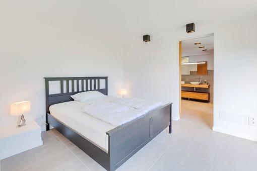 Das Schlafzimmer mit Badezimmer en Suite