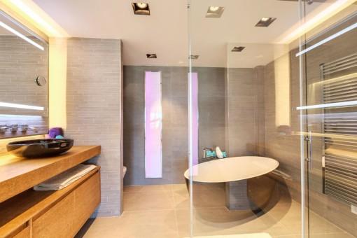 Modernes Badezimmer mit Jacuzzi