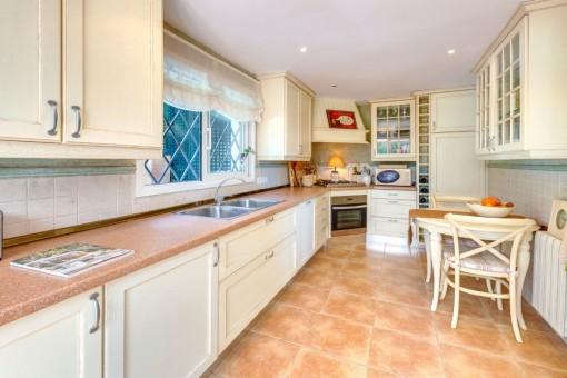 Voll ausgestattete Küche mit Frühstückstisch