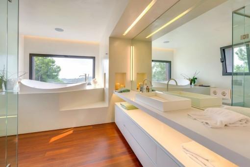 Luxuriöses Badezimmer mit Panoramablick