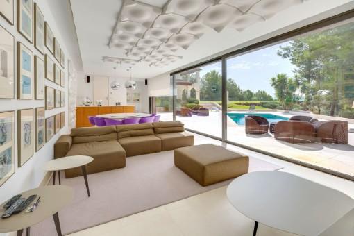 Stylischer Loungebereich mit direkten Zugang zur Poolterrasse