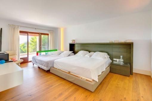 Großzügiges Schlafzimmer mit Terrasse