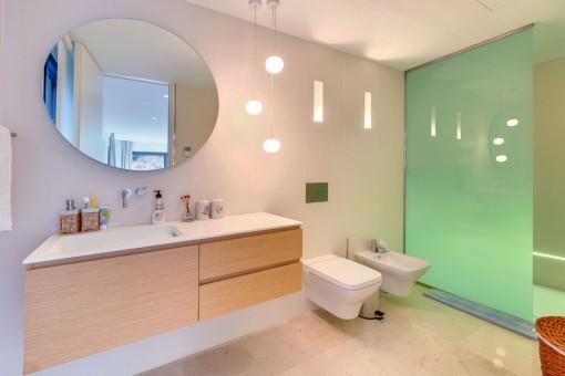Eines von 5 modernen Badezimmern