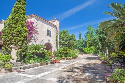 Große Villa in der Ruhe eines botanischen Gartens, in der Nähe von Alaró mit Pool und separatem Apartment
