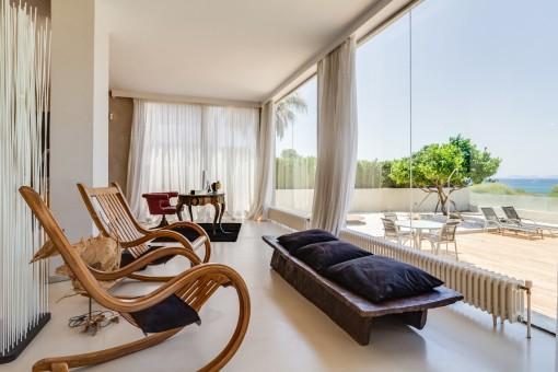 Die Villa bietet große Panoramafenster