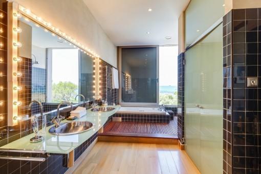 Stylisches Badezimmer mit schwarzen Fliesen