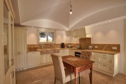Ansicht der eleganten Küche in weiß