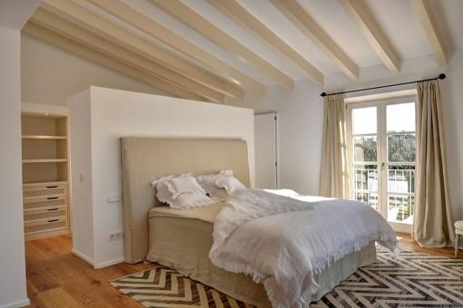 Das Hauptschlafzimmer bietet einen Ankleidebereich