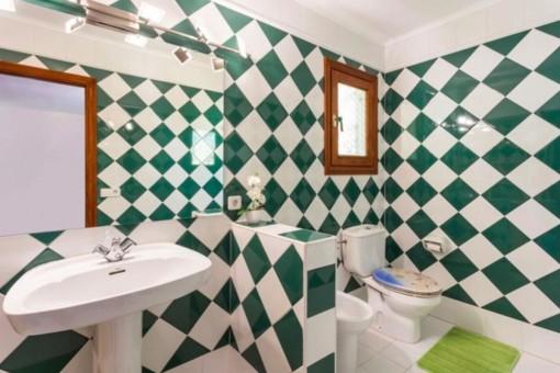 Badezimmer mit grünen Fliesen