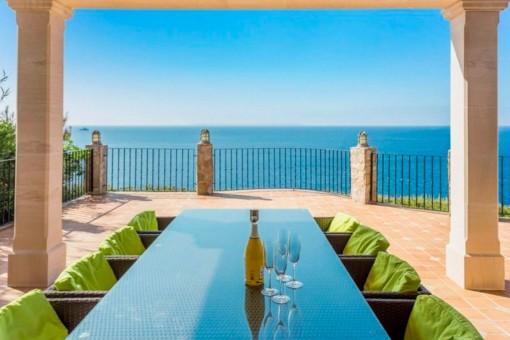 Terrasse mit Essbereich und fantastischen Meerblick