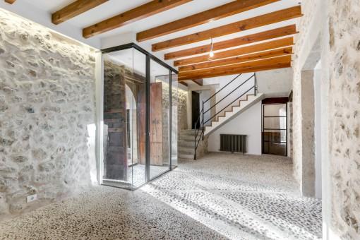 Eingangsbereich mit Steinboden- und Wand