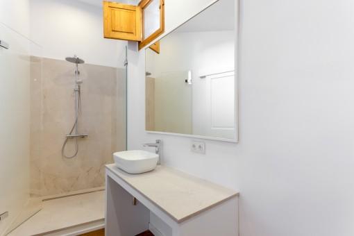 Modernes Badezimmer mit keinem Fenster