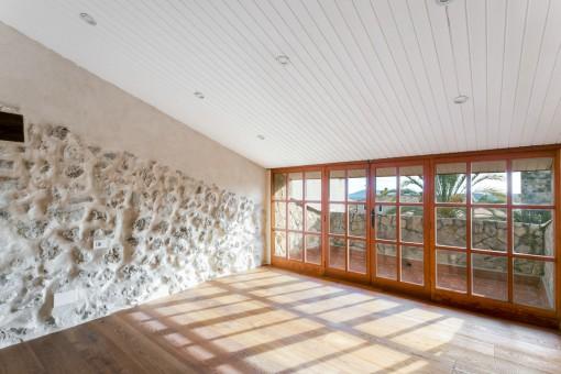 Sonniges Schlafzimmer mit Terrasse