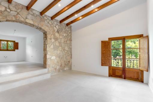 Großer Raum mit hoher Decke