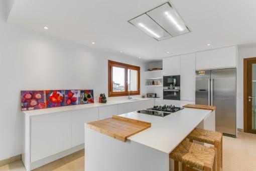 Die Küche ist voll ausgestattet