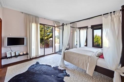 Großzügiges Schlafzimmer mit Zugang zur Terrasse