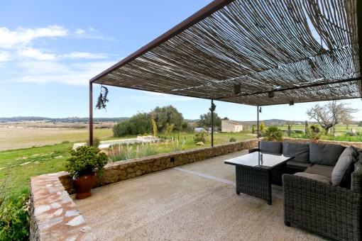 Großzügige Terrasse mit gemütlicher Chill-out Lounge