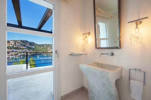 Badezimmer mit Terrassenzugang