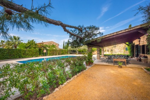 Poolbereich mit überdachter Terrasse