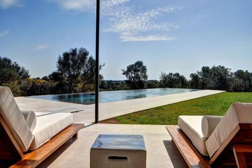 Herrlicher Poolbereich mit Sonnenliegen