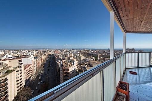 170 qm, renovierungsbedürftiges Penthouse mit 30 qm Terrasse und Blick über ganz Palma, Meer und Kathedrale