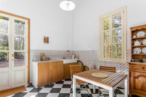 Bezaubernde Küche mit Fliesenboden