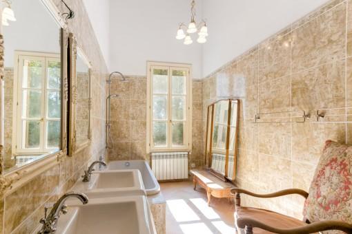 Sonniges Badezimmer mit Wanne
