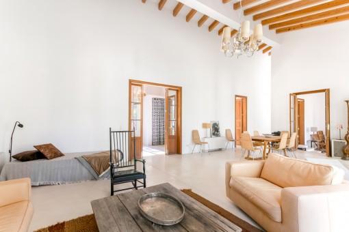 Großer Wohnbereich mit schönen Holzdeckenbalken