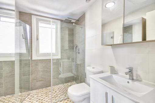 Eines von 2 schönen Badezimmern
