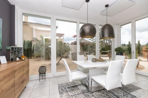 Eleganter Essbereich mit Fensterfront