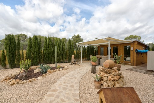 Außenbereich mit Gartenhaus