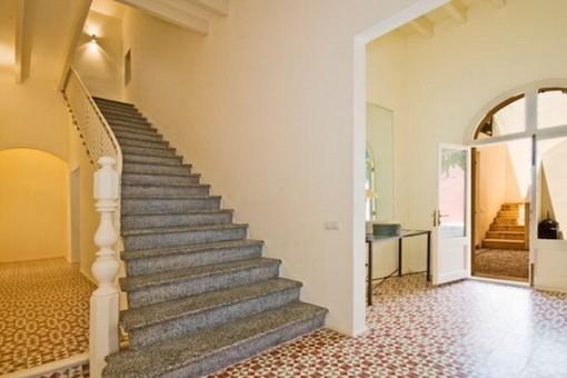 Beeindruckender Eingangsbereich und Treppe