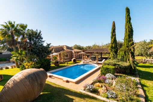 Schön angelegter Garten mit Pool