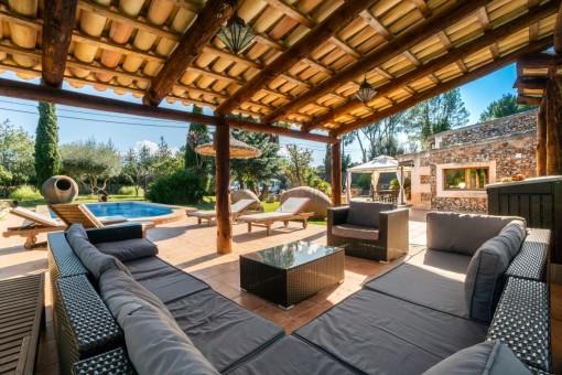Überdachte Terrasse mit Loungebreich
