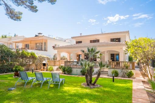 Villa in erster Meereslinie mit direktem Strandzugang am Pinienwald des Sandstrandes von Alcúdia