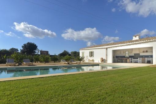 Poolbereich und Garten