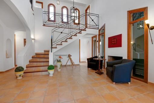 Eleganter Treppenaufgang und Galerie