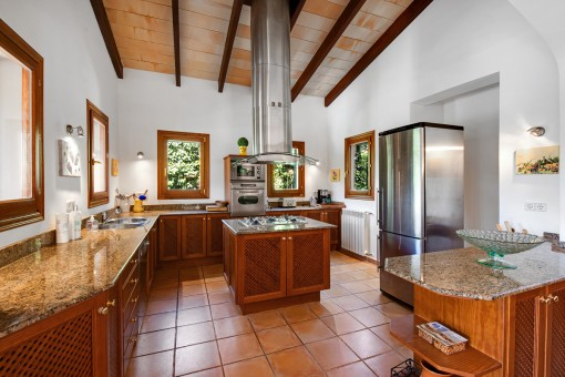 Rustikale Küche mit Kochinsel