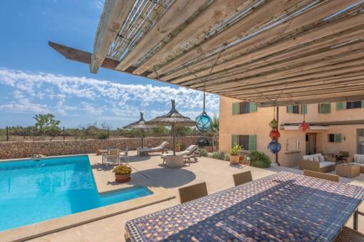 Poolbereich mit charmanten Terrassen