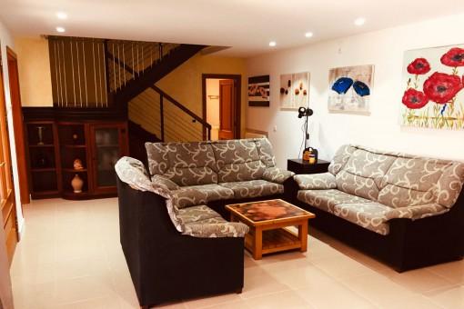 Wohnzimmer mit Treppenaufgang in das Obergeschoss