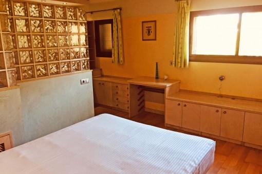 Hauptschlafzimmer mit eigenem Badezimmer im Erdgeschoss