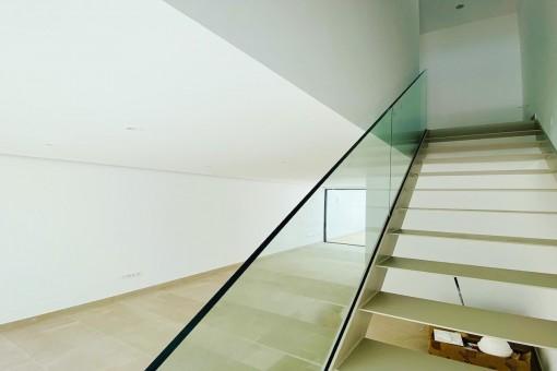 Heller Wohnbereich un Treppenaufgang
