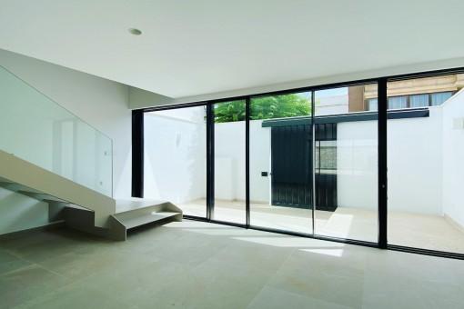 Eingangsbereich durch große Glasfront