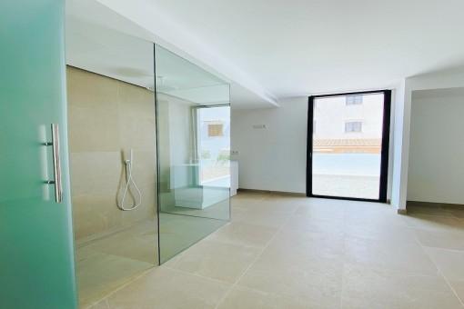 Modernes Schlafzimmer mit Bad