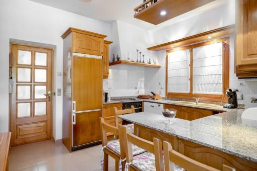 Rustikale und voll ausgestattete Küche