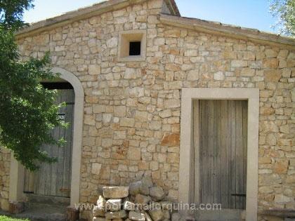 Dorfhausrohbau mit Natursteinen